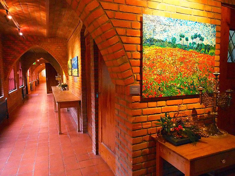 In de kruisgangen van het klooster in Drachten hangen 200 zeer secuur vervaardigde scans van Van Gogh's werken die de oorspronkelijke kleuren weergeven. Fotografie: Albert Hendriks-Friesland Holland Nieuwsdienst.