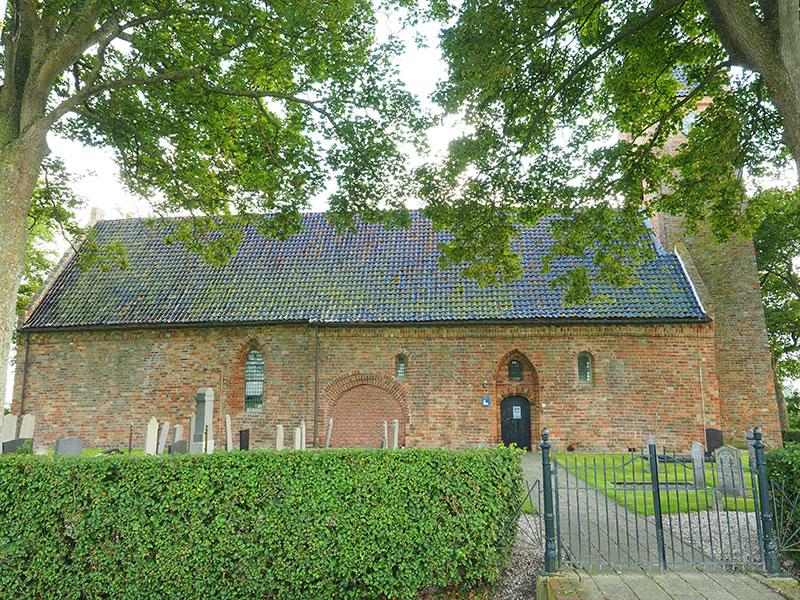 De eeuwenoude kerk van Feinsum (Finkum) aan de noordelijke Elfstedenroute vaar- en schaatsroute (www.elfstedenroute.nl)