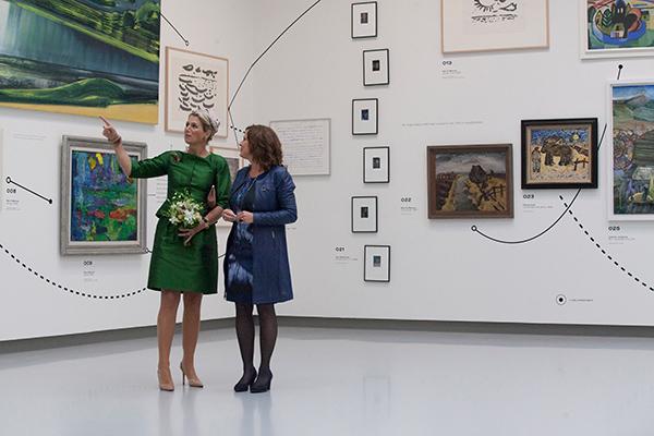 Koningin Máxima wordt rondgeleid door directrice Saskia Bak (13 september 2013, foto Laurens Aaij).
