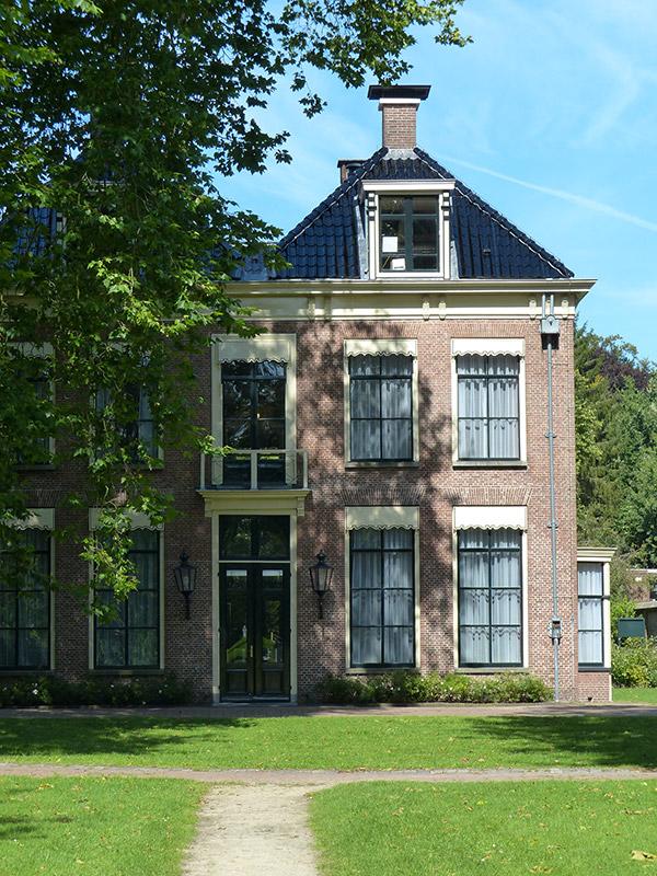 Jonkheer Jan Anne Lycklama à Nijeholt werd in 1835 eigenaar van het huis dat nu bekendstaat als het Lycklamahûs in Beetsterzwaag. Zowel achter als voor het huis werd een tuin aangelegd. Omdat de tuin aan de voorzijde — vanuit het huis gezien — aan de overkant van de hoofdstraat was gelegen, werd deze overtuin genoemd. Fotografie: Friesland Holland News.