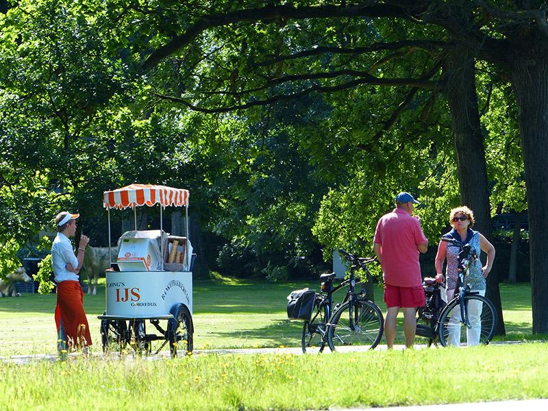 De ijsmeester komt uit Rinsma City Gorredijk. Hij staat op zomerse dagen voor de deur van Landgoed Lauswolt. Fotografie: Friesland Holland News.