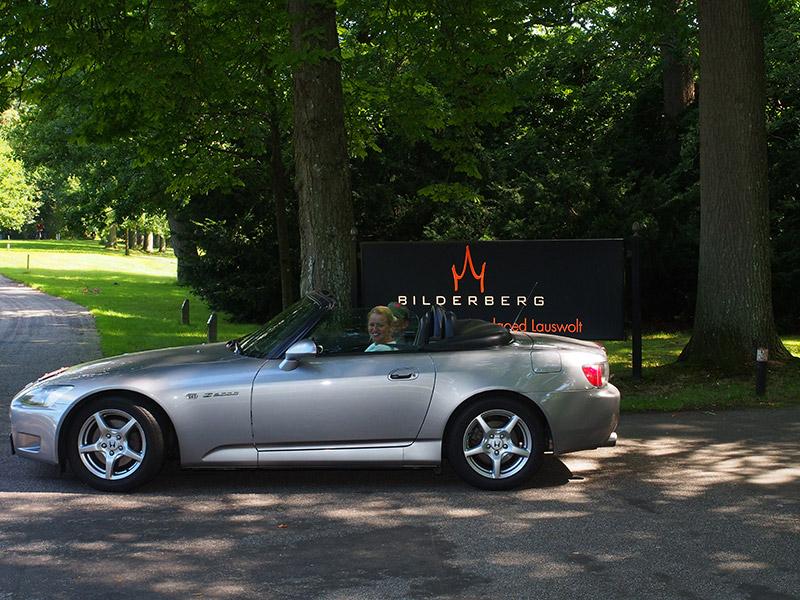 Ook leuk in Beetsterzwaag: cabrio's kiek'n. Het kan in de zomer bij Bilderberghotel Lauswolt, het chiqueste hotel van Friesland. In de winter crossen Range Rovers door de bossen. Fotografie: Friesland Holland News.