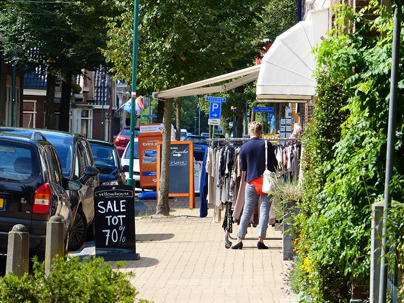De winkelstraat van Beetsterzwaag, de Hoofdstraat, is een drukke verkeersweg met veel blinkend blik voor bijzondere winkeltjes. De 'upper ten' kan bij wijze van spreken vanuit het raam boodschappen doen bij de juwelier en de bakker (heel mooie zaak: Bakkers van Verloop, Hoofdstraat 34, www.bakkerijverloop.nl). Fotografie: Friesland Holland News.