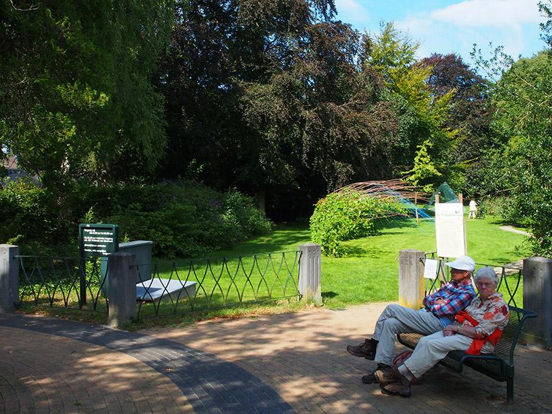 Een pad in de overtuin van het adellijke Lycklamahûs leidt u langs kunstwerken naar de Tropische Kas. Fotografie: Friesland Holland News.