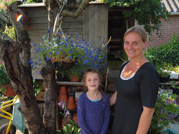 Ester van der Wal-De Boer, hier met haar dochter Mara (6), runt de winkel en theetuin die door haar moeder Wiepkje is gecreëerd.