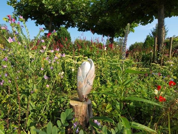 Kunst van atelier Saad geeft de Hemelumer tuin een extra dimensie.