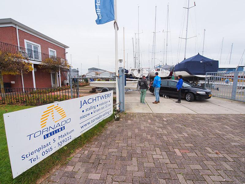 Jachtwerf en charterbasis en jachtmakelaardij Tornado Sailing aan de Stienplaat in Makkum.
