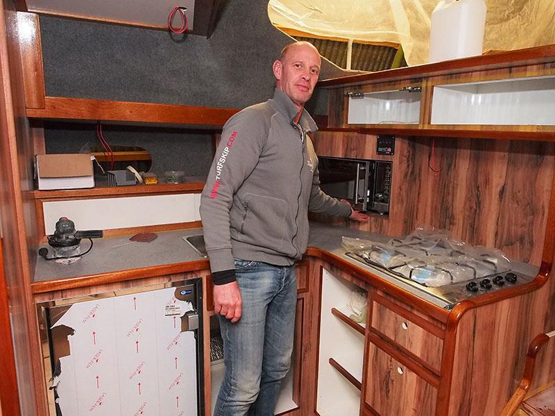 Ook werfbaas Pieter Wind zelf moet flink aan de bak om het vijfsterrenschip Minerva op tijd klaar te hebben voor het nieuwe seizoen dat al over een paar maanden, maart 2016, begint.