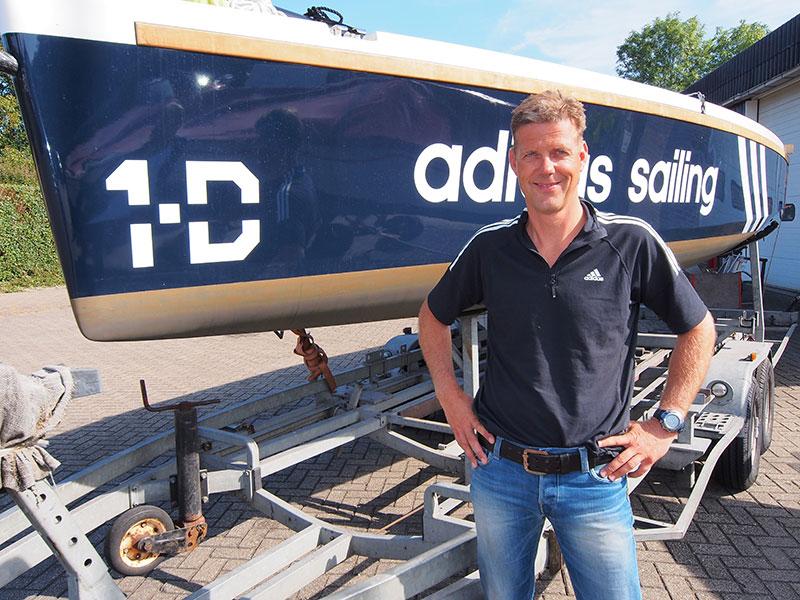 Directeur Jan IJben bij één van de twee One Day's die reclame voert voor het sportmerk Adidas.