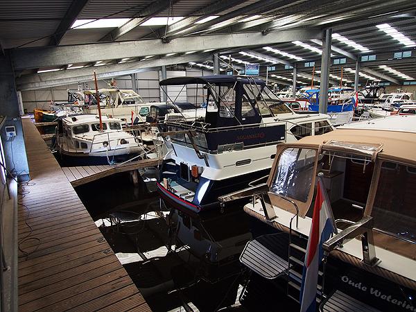 Van der Veen heeft iets bijzonders: een overdekte in-water-boatshow. Weer of geen weer, hij heeft kopers op de stoep.