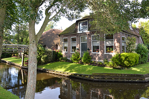 Giethoorn is een bestemming tijdens de vijfdaagse Drie Provinciën Cruise.
