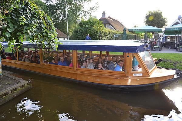 In Hollands Venetië, Giethoorn, wordt van het cruiseschip Wetterprinses overgestapt op een overdekte rondvaartpraam waarmee dwars door Giethoorn wordt gevaren.