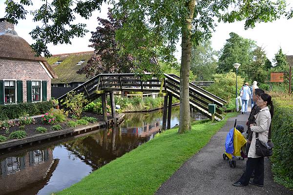 Japanners, maar ook Nederlanders, zijn gefascineerd door de keurige en fleurige woningen aan het water en de tientallen bruggetjes.