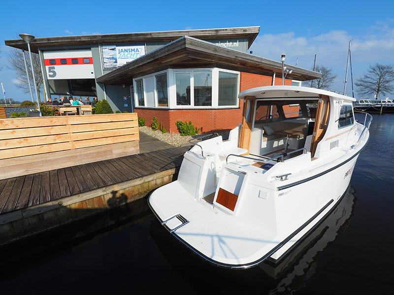 Het casco van dit motorjachtje van Jansma in Sneek komt uit Engeland, de techniek wordt in Nederland verzorgd.