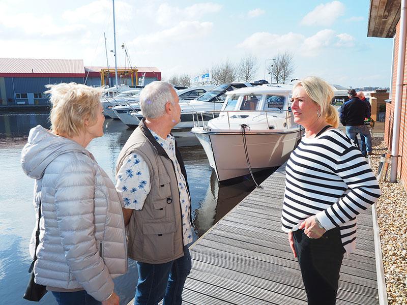 Lia Jansma (rechts) staat geïnteresseerden te woord. Op de achtergrond de nieuwe PROboot 30.
