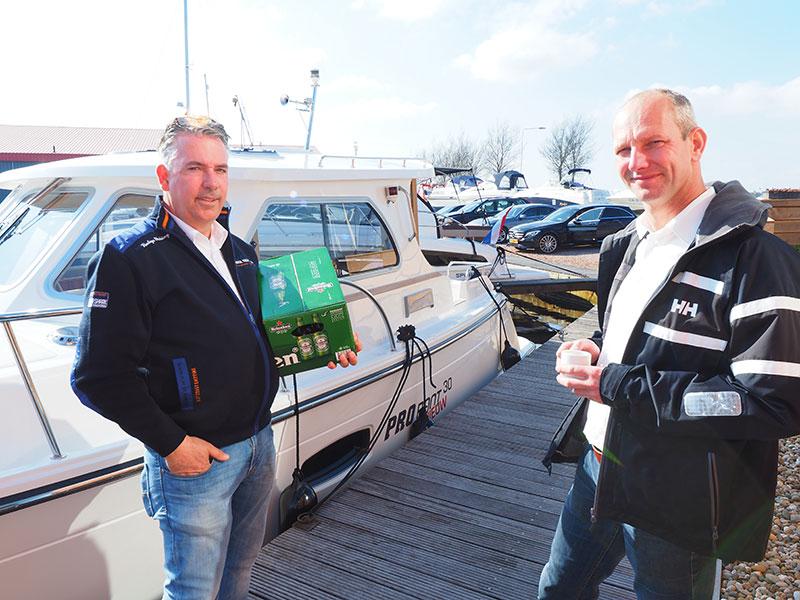 """Daar moet op gedronken worden! Ronald Jansma en zijn vertegenwoordiger Lesley Nierop bij het sluiten van Motorboot Sneek op zondag 10 april om 17.00 uur. """"Het was weer een goede show."""""""
