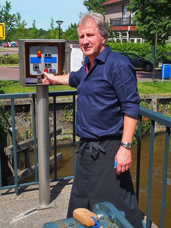 """Hoe de nieuwe brug straks komt te heten die Saakstra's Brêge vervangt? Bootsma's Brêge ligt voor de hand. Eelco Bootsma, die ook 'Brasserie De Stadstuin' naast het in 1774 door de wolkammer Eise Eisinga gebouwde planetarium exploiteert, was 37 jaar parttime """"brêgewipper"""" van de oversteek naast zijn hotel-restaurant 'De Stadsherberg'."""