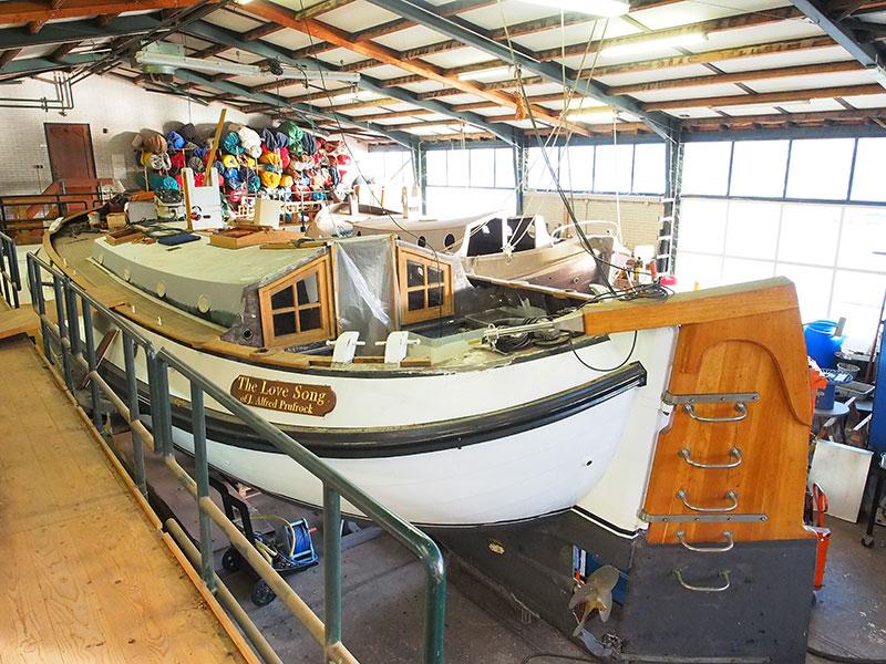 """Mede-eigenaar Harry Koekebakker is een allround onderhoudsman, maar meubelmakerij is zijn specialisme. Hij betimmerde bijna alle 29 platbodemzeiljachten die Heech by de Mar in de verhuur heeft. Momenteel is hij druk met een ingrijpende restauratie van een 20 jaar oude aak, The Love Song, die niet door Heech by de Mar gebouwd is. De refit is vrij prijzig, mede vanwege maatregelen die moeten voorkomen dat de boot weer te gauw aan groot onderhoud toe is. """"De boot gaat uiteindelijk weer als nieuw te water,"""" zegt Harry, die met zijn broer Martin op Boot 2016 in Düsseldorf (23-31 jan. 2016) een Lemsteraak in motorjachtuitvoering tonen. Deze boot, de Lepelaar, is geschikt voor het varen van de hele Elfstedenroute, precies zoals schaatsers hem in een strenge winter rijden. De heren staan op het Friesland Holland Plaza, standnummer 14 E 21."""