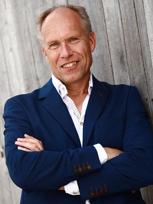 """Martin Koekebakker, die er al op gekleed is om de koninklijke familie en premier Rutte te ontvangen: """"De Groene Draeck is geen doorsnee aak. Er zit heel veel houtsnijwerk op en daarom zijn de onderhoudskosten hoog. Maar ik weet wel zeker dat wij aanzienlijk goedkoper zijn dan de marinewerf, vooral omdat wij gespecialiseerd zijn in de bouw en het onderhoud van Lemsteraken. Ik zou graag een offerte uitbrengen aan de prinses en de premier."""""""