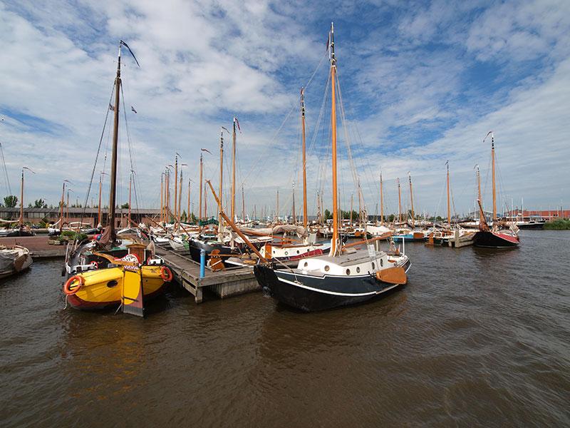 Van meerdere kanten bekeken: de grote haven van Heech by de Mar, een meeting point van de mooiste klassieke plezierjachten van Nederland.