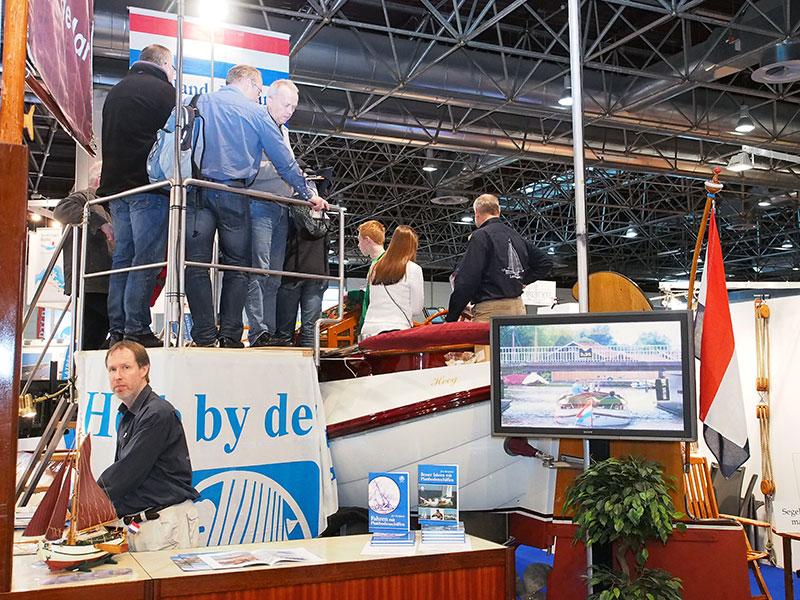 De Lemsteraak Lepelaar van Heech by de Mar was in hal 14 op Boot Düsseldorf 2015 dé publiekstrekker.