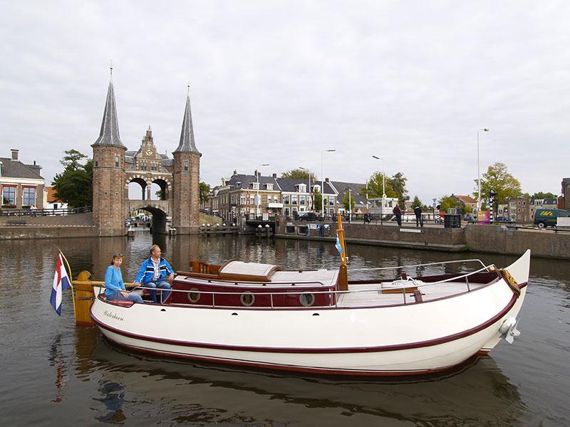 Vorstelijk varen. De motorbollen- en aken Waterhoen, Aalscholder en Lepelaar zijn inmiddels bekende verschijningen in het Friese waterland. De varende bezienswaardigheden zijn uitermate geschikt voor het bevaren van routes met lage vaste bruggen, zoals de Elfstedenroute (www.elfstedenroute.nl), en populair bij liefhebbers van nautisch erfgoed.