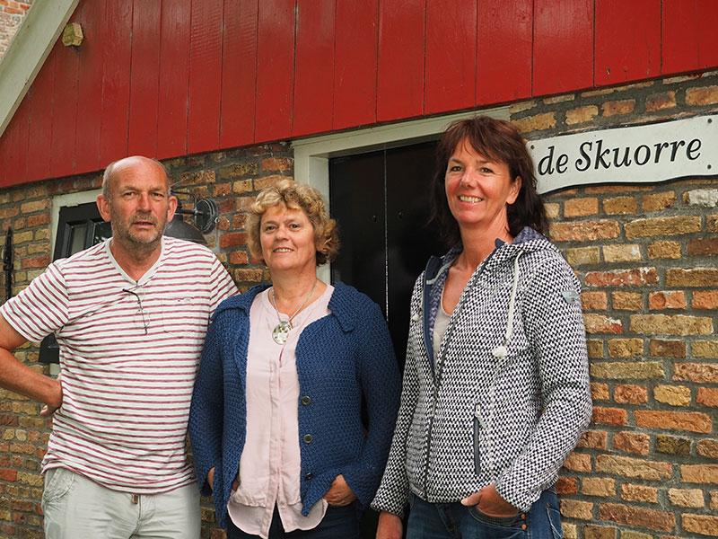 Aldert de Boer, gepensioneerd verzekeringsman, en zijn vrouw Anneke nemen 5 augustus 2016 de verhuur over van de Jannumer logementen van Jetty Tromp (rechts). Zij wordt de rechterhand van haar man, makelaar Hendrik Kingma in Stiens.