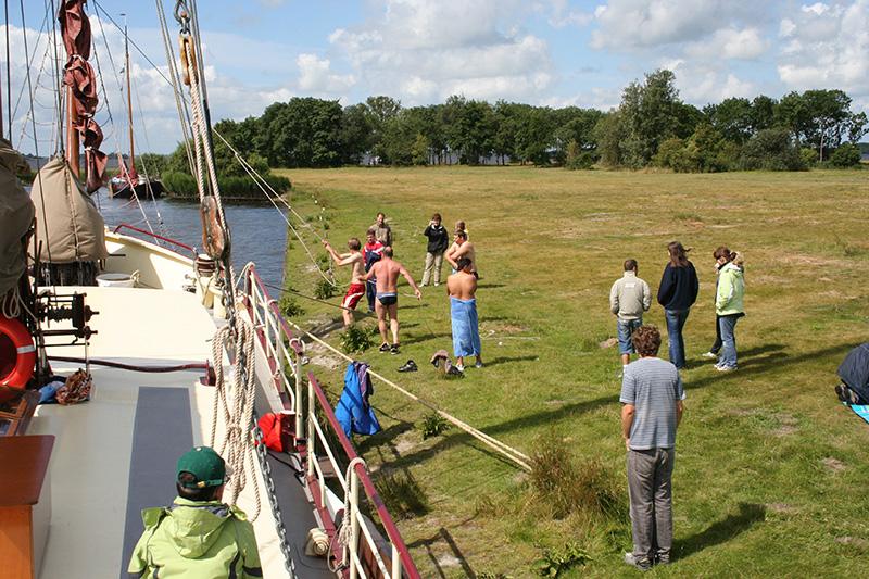 Varen met De Hoop of de Stella Frisia is een ontmoeting met de Friese natuur, want de schepen kunnen door hun geringe diepgang ook Nationale Parken als het Lauwersmeer en De Alde Feanen en alle Friese Elfsteden aandoen.