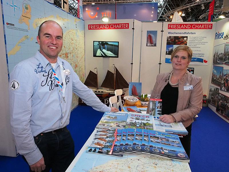 Jan Koopmans en zijn echtgenote Elfriede op de beurs Boot 2015 in Düsseldorf. Dit jaar zijn ze er weer te vinden op het Friesland Holland Plaza in hal 14, stand 14 E 21, vlakbij de Lemsteraak van Heech by de Mar op hetzelfde plein.