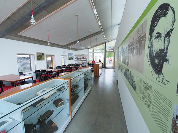 Openlucht-veenmuseum It Damshûs ligt direct aan het Polderhoofdkanaal en trekt nu meer publiek: boottoeristen.
