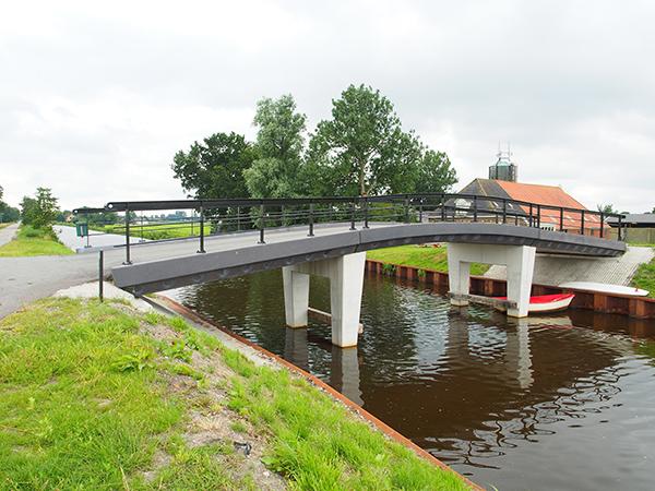 Het nieuwe Polderhoofdkanaal: veel baggerwerk, nieuwe kaden en aanlegplaatsen, tien nieuwe bruggen en twee sluizen (één nieuwe en één ingrijpend gerestaureerde). Fotolocatie: tussen Nij Beets en De Veenhoop.