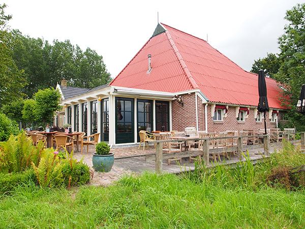 Restaurant It Polderhûs in De Veenhoop ligt direct aan het Polderhoofdkanaal.