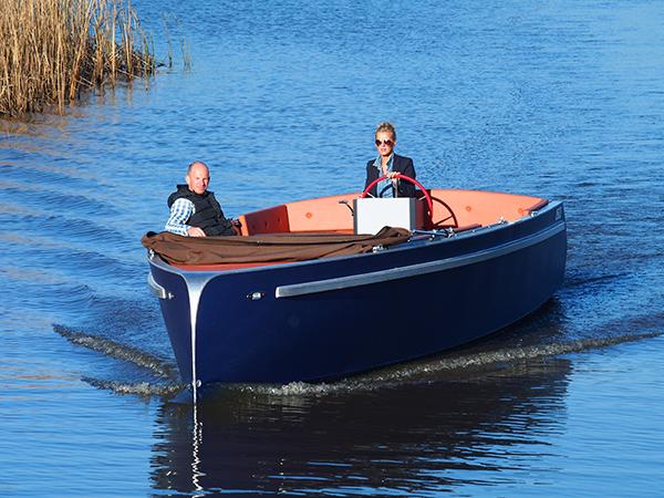 De luchtvaart en de scheepvaart ontmoeten elkander in de Lillebror 78 E-Tourer. De boot is voorzien van een schroef met 'wingtips', vleugeltippen. Hierdoor accelereert de boot extra snel en kan geruisloos gecruist worden.