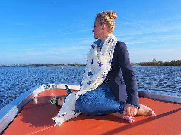 Het zonnedek van de Lillebror 78 E-Tourer is een toplocatie bij het varen door natuurgebieden. Voor de kussens zijn ruime opbergmogelijkheden. Er is ook plaats voor een chemisch toilet.