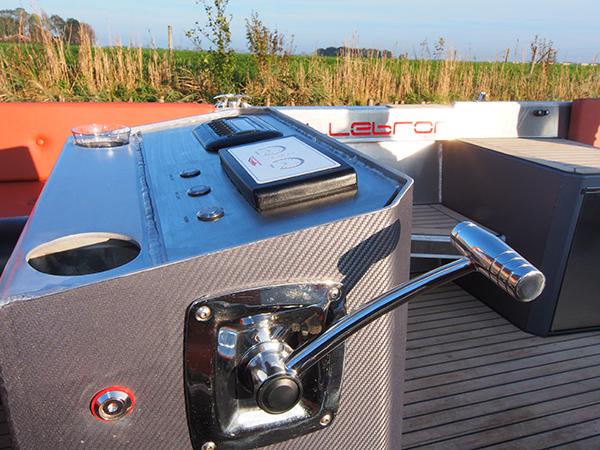 Eenvoudige bediening — ergonomische gashendel en duidelijke display — en optimale diefstalpreventie, want starten geschiedt met een elektronische sleutel, gekoppeld aan een ingenieuze alarminstallatie. Om de snelheid te verhogen of te verlagen worden meestal goedkope potentiometers (potmeters) toegepast, maar deze zijn storingsgevoelig. De bediening met een gashendel is logischer, preciezer en veel solider.