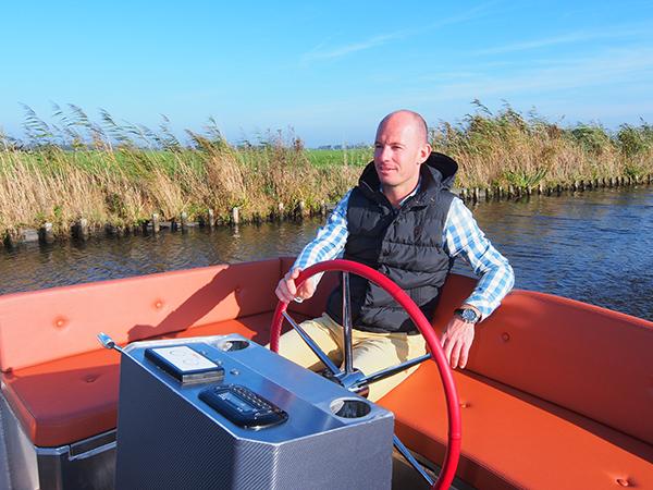 Piloot Christian Smulders in zijn in Friesland gebouwde Lillebror 78 E-Tourer. De goedkoopste versie kost €45.000,-, vaarklaar.