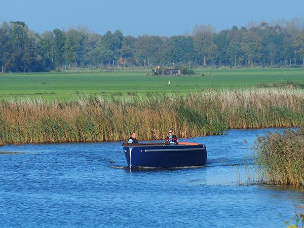 De Lillebror 78 E-Tourer tijdens een showvaart op rivier de Linde ten zuiden van Wolvega.