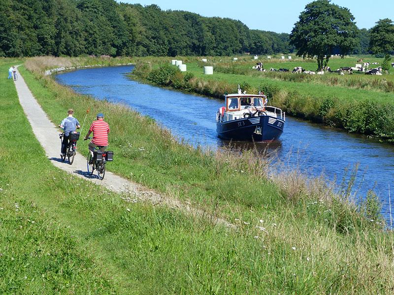 Fietsen langs de vaarroute. Fotografie: Jana Hendriks, Friesland Holland Nieuwsdienst.