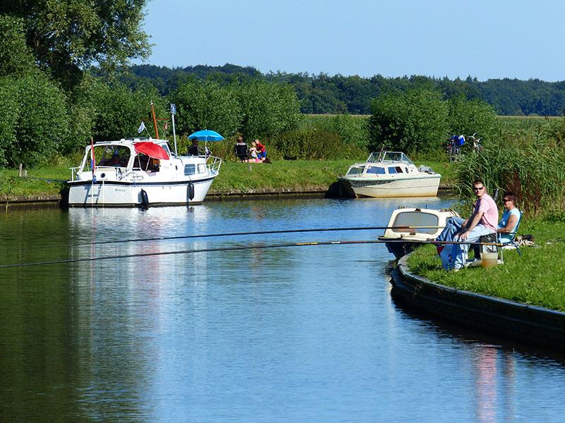 Vissen op de Turfroute. Fotografie: Jana Hendriks, Friesland Holland Nieuwsdienst.