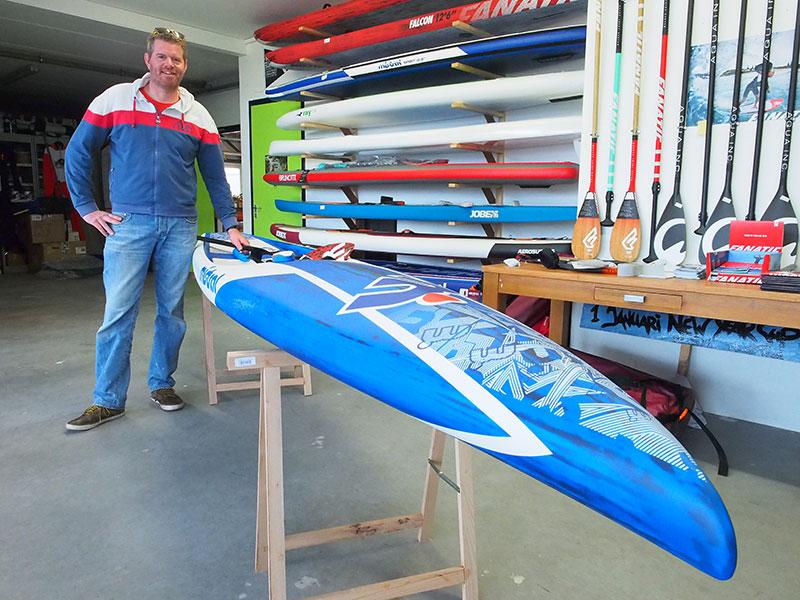 Frank en dé plank: een carbon hard raceboard van MistralVortex 14'. € 3.000 kost ie. Op deze plank werd in 2015 de SUP Elfstedentocht gewonnen.