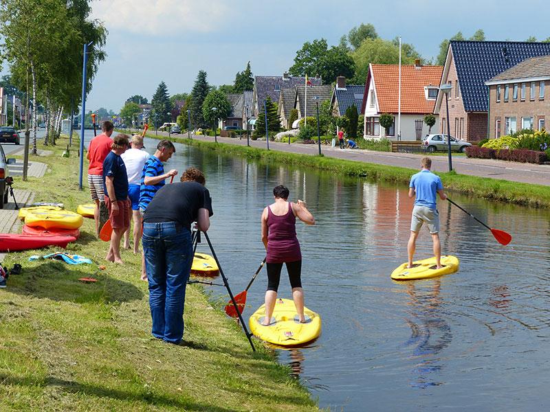 Stand Up Paddling op de Turfroute in Appelscha (www.goudenfriesewouden.nl).