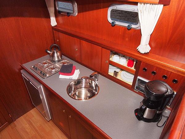 Het luxe, ruime, seniorenvriendelijke interieur en de kuip (met tweede stuurunit) van de Wiidvlet 1050 RC.