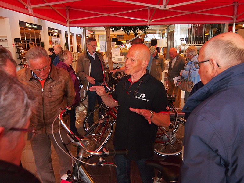 Willy de Jager, Batavus' landelijk actieve e-bikepromotor uit Zevenaar, moest na drie dagen Home Center aan de beademing. Drie dagen lang had hij non-stop tien tot twintig mensen om zich heen die zijn humor en kennis van zaken wel vonden passen bij het Friese fietsmerk.