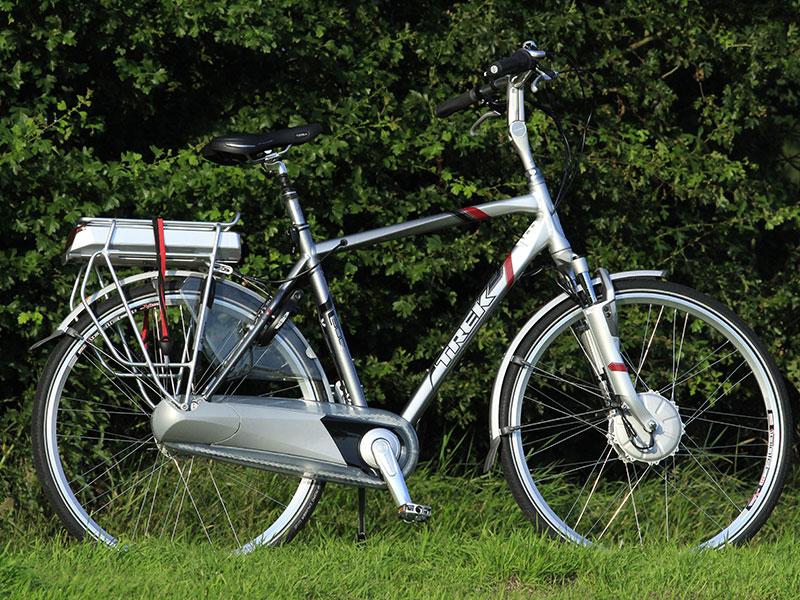 """Friesland Holland heeft een hele range luxe, vrij dure e-bikes in de verhuur. Enkele hebben typische kuren, zoals deze Trek L300 Navigator. Als de gebruiker de display verwijdert terwijl de fiets nog """"aan"""" staat, sneuvelt de sensor die de trapondersteuning regelt. Dat komt door een te hoge piekspanning, aldus een Trek-technicus. De testrijder kan dan niet meer rekenen op hulp van de elektromotor. Een geluk: de fiets trapt erg licht."""