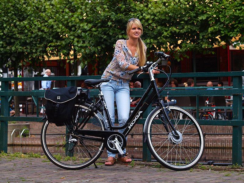 Handgemaakt is ook niet alles. Deze dure Koga e-active test e-bike (aanschafprijs €3.000,-) van Friesland Holland werd geleverd met een bagagedrager die in de fabriek zodanig was gemonteerd dat opladen van de batterij onmogelijk is. Een stang blokkeerde het stopcontact! De batterij presteert vanaf nieuw slecht.