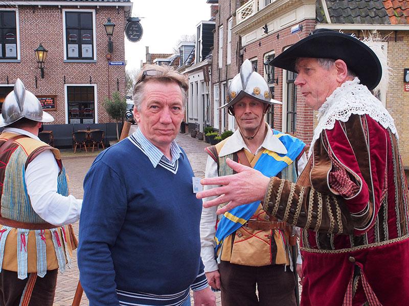 Stadsomroeper Pieter Haringsma adviseert televisiepersoonlijkheid Bavo Galama dekking te zoeken.