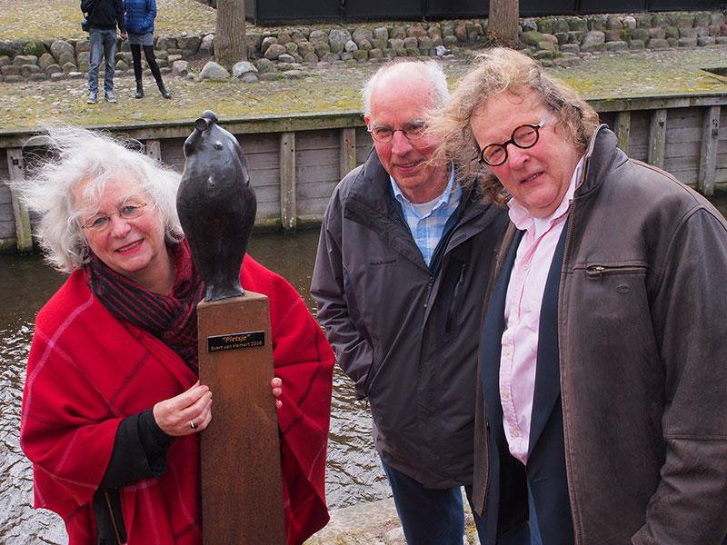Anna van der Goot (links), afkomstig uit Wyckel, de manager van Evert van Hemert (rechts) omarmt Pietsje. In het midden Henk Kroes.