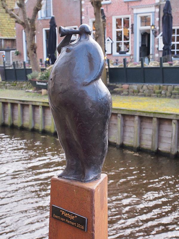 Pietsje, brons van Evert van Hemert uit Kolderwolde.