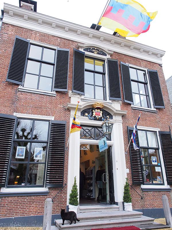 Het voormalige stadhuis van Sloten, nu een kunst- en historisch museum met een grote collectie toverlantaarns op de bovenste verdieping.