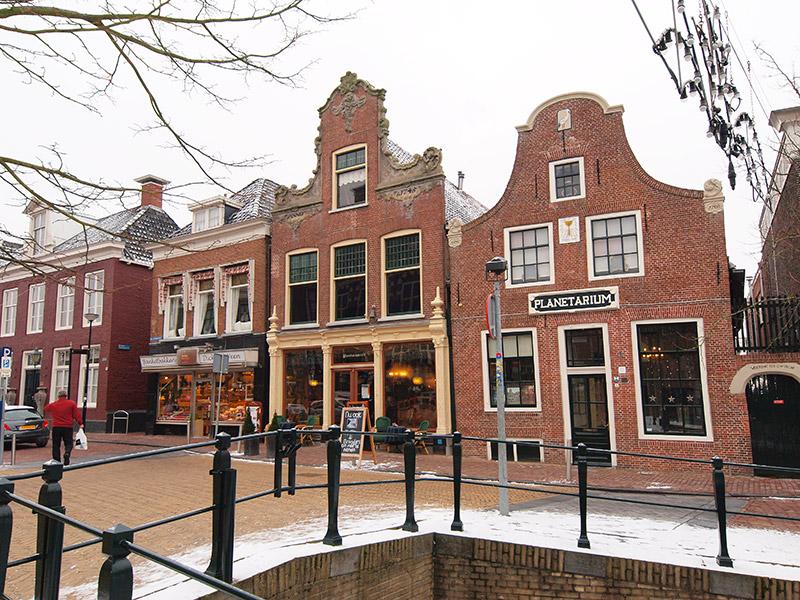 Geheel links de aangekochte bakkerij (archieffoto).